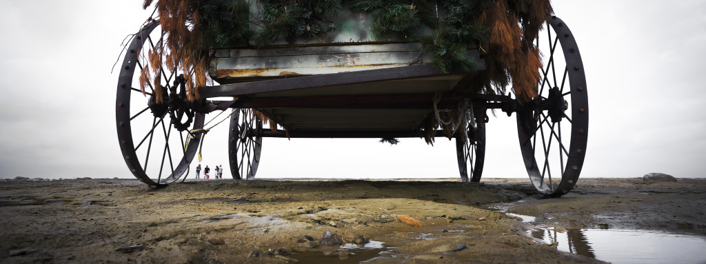Wagon on the beach with tiny people